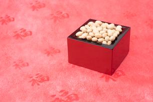 枡に入った煎り大豆の写真素材 [FYI02652950]