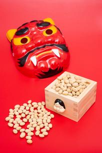 枡に入った煎り大豆と赤鬼のお面の写真素材 [FYI02652953]