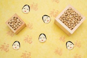 枡に入った煎り大豆とお多福のお面の写真素材 [FYI02652966]