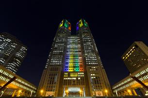 五輪招致ライトアップの東京都庁舎の写真素材 [FYI02652971]