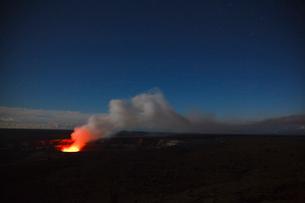 ハワイ島キラウエア火山のハレマウマウクレーターの写真素材 [FYI02652980]