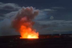 ハワイ島 キラウエア火山のハレマウマウ火口の写真素材 [FYI02652992]