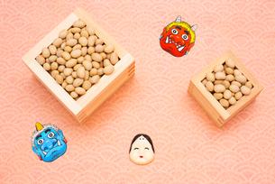 枡に入った煎り大豆とお多福、赤鬼青鬼のお面の写真素材 [FYI02652993]
