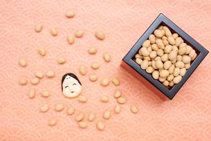 枡に入った煎り大豆とお多福のお面の写真素材 [FYI02653004]
