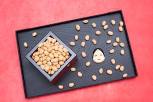 枡に入った煎り大豆とお多福のお面の写真素材 [FYI02653023]