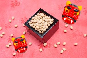 枡に入った煎り大豆と赤鬼のお面の写真素材 [FYI02653026]