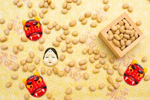 枡に入った煎り大豆とお多福、赤鬼のお面の写真素材 [FYI02653034]
