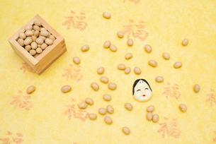 枡に入った煎り大豆とお多福のお面の写真素材 [FYI02653035]