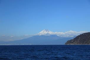 駿河湾に浮かぶ富士山と土肥の山並みの写真素材 [FYI02653047]