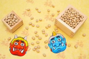 枡に入った煎り大豆と赤鬼青鬼のお面の写真素材 [FYI02653048]