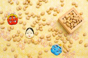 枡に入った煎り大豆とお多福、赤鬼青鬼のお面の写真素材 [FYI02653055]