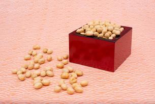 枡に入った煎り大豆の写真素材 [FYI02653059]