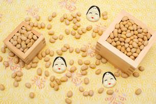 枡に入った煎り大豆とお多福のお面の写真素材 [FYI02653063]