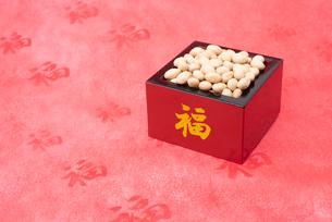福の文字付の枡に入った煎り大豆の写真素材 [FYI02653095]