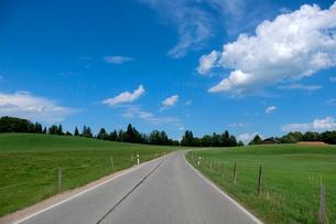 田園風景と道の写真素材 [FYI02653110]