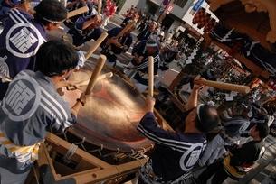 松江祭鼕行列と鼕宮の写真素材 [FYI02653260]