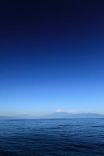 駿河湾に浮かぶ富士山の写真素材 [FYI02653273]