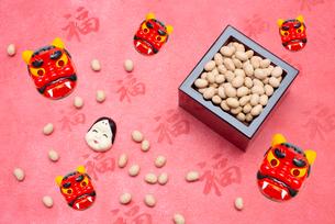 枡に入った煎り大豆とお多福、赤鬼のお面の写真素材 [FYI02653285]