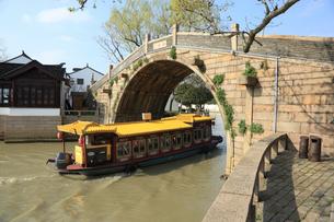 蘇州 寒山寺楓橋をゆく観光船の写真素材 [FYI02653292]