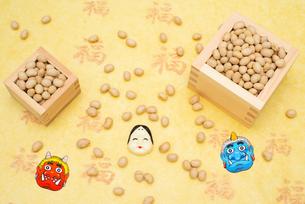 枡に入った煎り大豆とお多福、赤鬼青鬼のお面の写真素材 [FYI02653298]