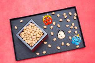 枡に入った煎り大豆とお多福、赤鬼青鬼のお面の写真素材 [FYI02653311]