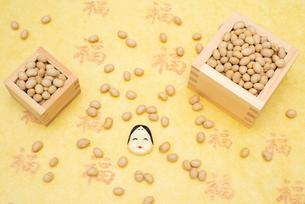 枡に入った煎り大豆とお多福のお面の写真素材 [FYI02653347]