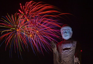 牛久大仏万燈会と花火の写真素材 [FYI02653383]