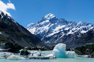 フッカー氷河湖とアオラキの写真素材 [FYI02653442]