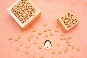 枡に入った煎り大豆とお多福のお面の写真素材 [FYI02653449]