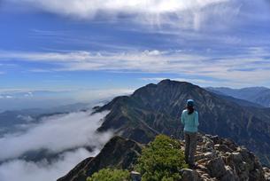 五竜岳と山ガールの写真素材 [FYI02653458]