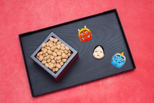 枡に入った煎り大豆とお多福、赤鬼青鬼のお面の写真素材 [FYI02653474]