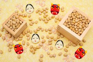 枡に入った煎り大豆とお多福、赤鬼のお面の写真素材 [FYI02653498]
