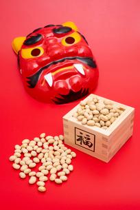 枡に入った煎り大豆と赤鬼のお面の写真素材 [FYI02653507]