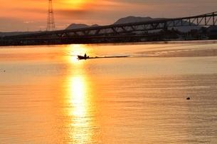 夕刻の境水道大橋と船の写真素材 [FYI02653548]