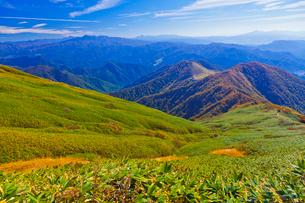 秋の谷川岳山頂登山コースから見た天神平と上州の山々の写真素材 [FYI02653595]