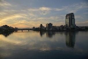 日の出前の松江市内と宍道湖の写真素材 [FYI02653637]