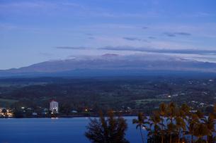 ハワイ島のマウナケアをヒロ湾越しに望むの写真素材 [FYI02653643]