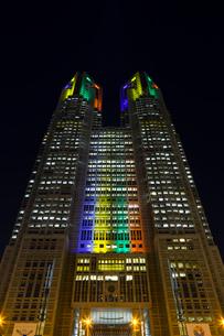 五輪招致ライトアップの東京都庁舎の写真素材 [FYI02653664]