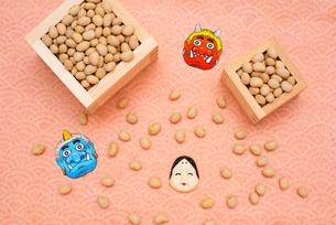 枡に入った煎り大豆とお多福、赤鬼青鬼のお面の写真素材 [FYI02653669]