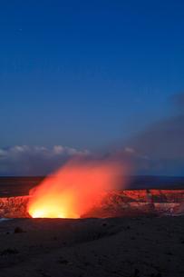 ハワイ火山国立公園のハレマウマウ火口の写真素材 [FYI02653682]