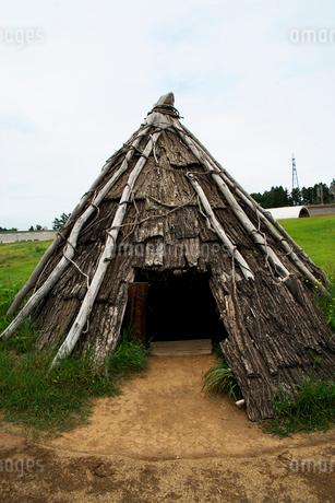 三内丸山遺跡の竪穴式住居跡の写真素材 [FYI02653713]