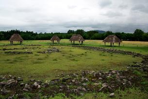 特別史跡大湯環状列石内の万座環状列石と復元された掘立柱建物の写真素材 [FYI02653738]