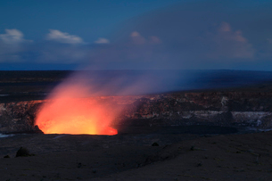 ハワイ火山国立公園のハレマウマウ火口の写真素材 [FYI02653759]