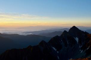 日の出前の前穂高岳と北尾根の写真素材 [FYI02653798]