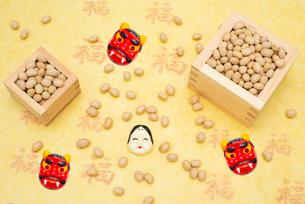枡に入った煎り大豆とお多福、赤鬼のお面の写真素材 [FYI02653807]