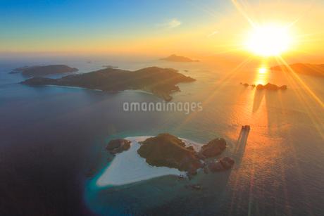 嘉比島など慶良間諸島の空撮夕景の写真素材 [FYI02653824]