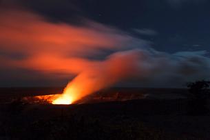 ハワイ島 キラウエア火山のハレマウマウ火口の写真素材 [FYI02653835]