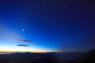 富士見岳から望む八ケ岳などの山並みと黎明の星空の写真素材 [FYI02653836]