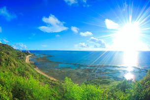 知念岬から望む北東方向の海岸と太陽の光芒の写真素材 [FYI02653848]