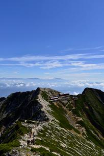 唐松岳頂上山荘と登山者と青空の写真素材 [FYI02653876]